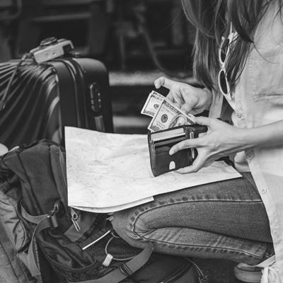 Cartões ou dinheiro em espécie: qual é o melhor para levar na viagem?